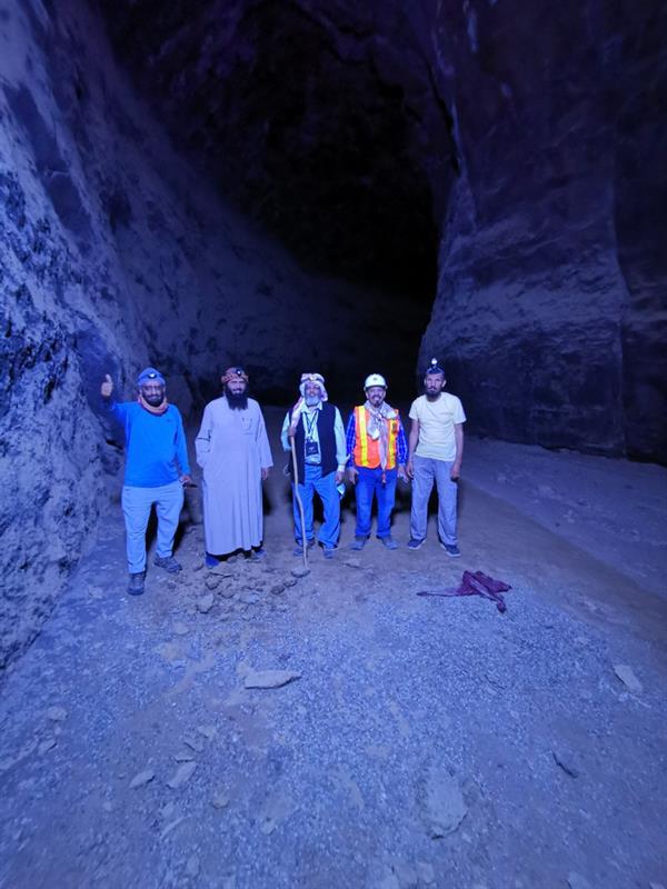 75ef4eb9 cf18 4be8 a3f6 21c09e419b72 - رحالة يستكشفون أحد كهوف حرة خيبر بالمدينة المنورة