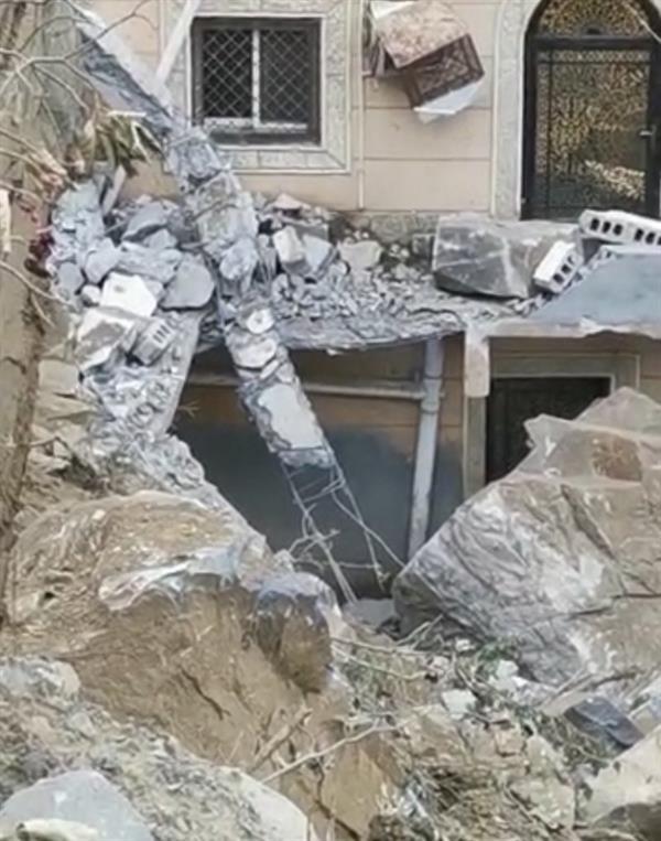 0faaf385 2aee 4849 99ca e2ecdd789ef4 - بالصور.. سقوط مروّع لصخرة ضخمة على منزل مواطن بفيفا إثر الأمطار