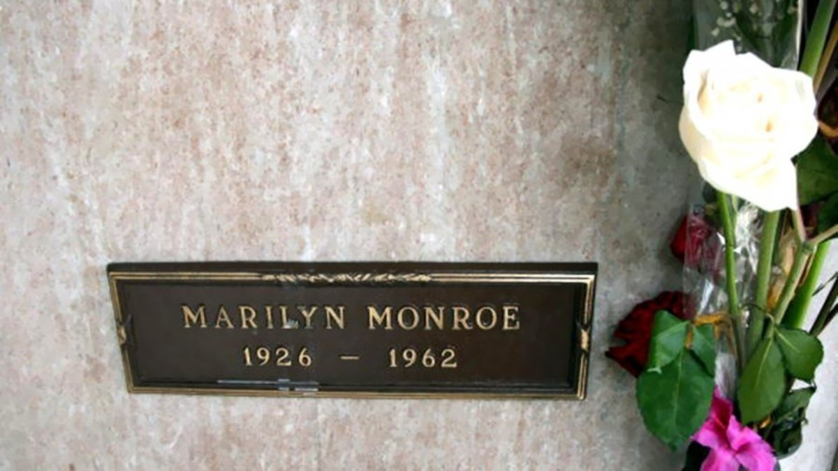 111 4 1 - شاهد مزاد بمبلغ خيالي للقبر المجاور لمدفن مارلين مونرو