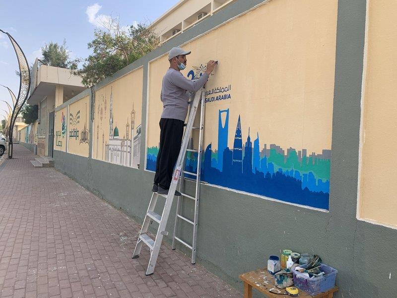 09b92190 e72c 436e bbc9 3e7f15bb9c58 - استغل موهبته في تجميل المدرسة.. معلم يحول الأسوار إلى لوحات فنية