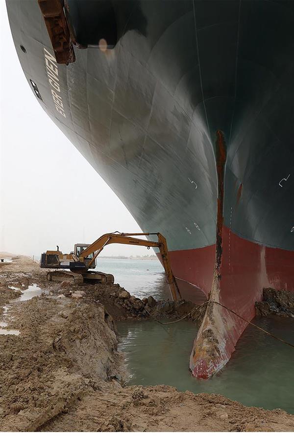 e6af8a8c 20d5 49cb ba95 8a469ba2c23a - السفينة الجانحة في قناة السويس تسبب ضرراً كبيراً للاقتصاد العالمي